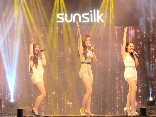 Đông Nhi- Bảo Anh- Khởi My đồng hành cùng top 9 Hello Yellow - 4