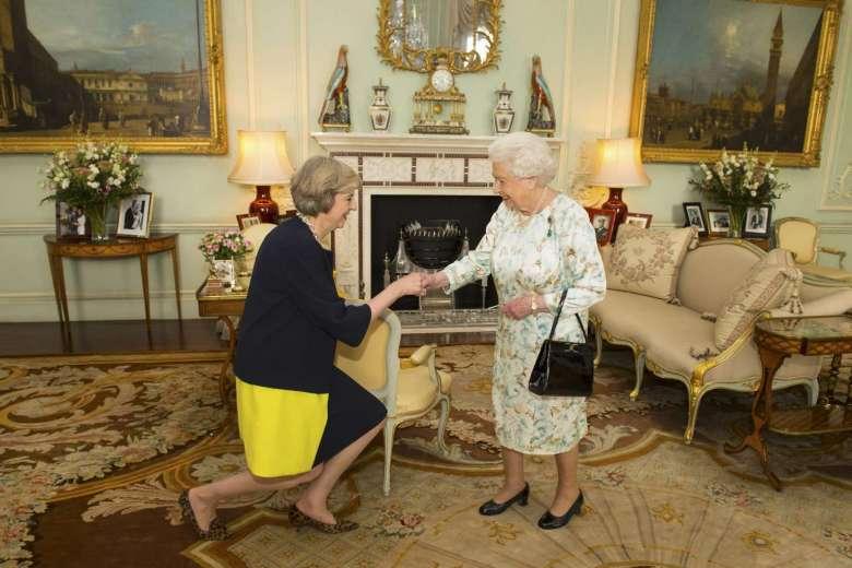 """Vừa nhậm chức, nữ Thủ tướng Anh bổ nhiệm """"trùm"""" Brexit - 1"""