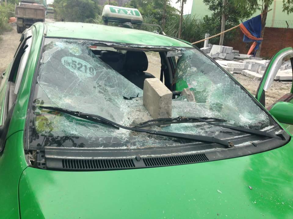 Chở phải 2 khách đi đánh nhau, taxi bị ném tan nát - 1