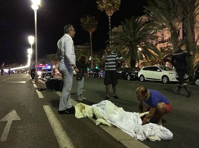 Hiện trường tang thương vụ khủng bố bằng xe tải ở Pháp - 3