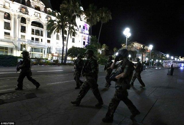 Hiện trường tang thương vụ khủng bố bằng xe tải ở Pháp - 7