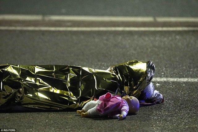 Hiện trường tang thương vụ khủng bố bằng xe tải ở Pháp - 2