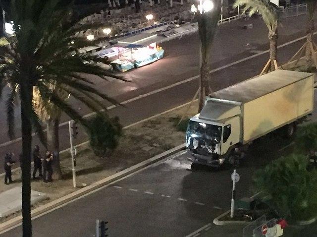 Video: Xe tải cán đám đông khiến 80 người chết ở Pháp - 1
