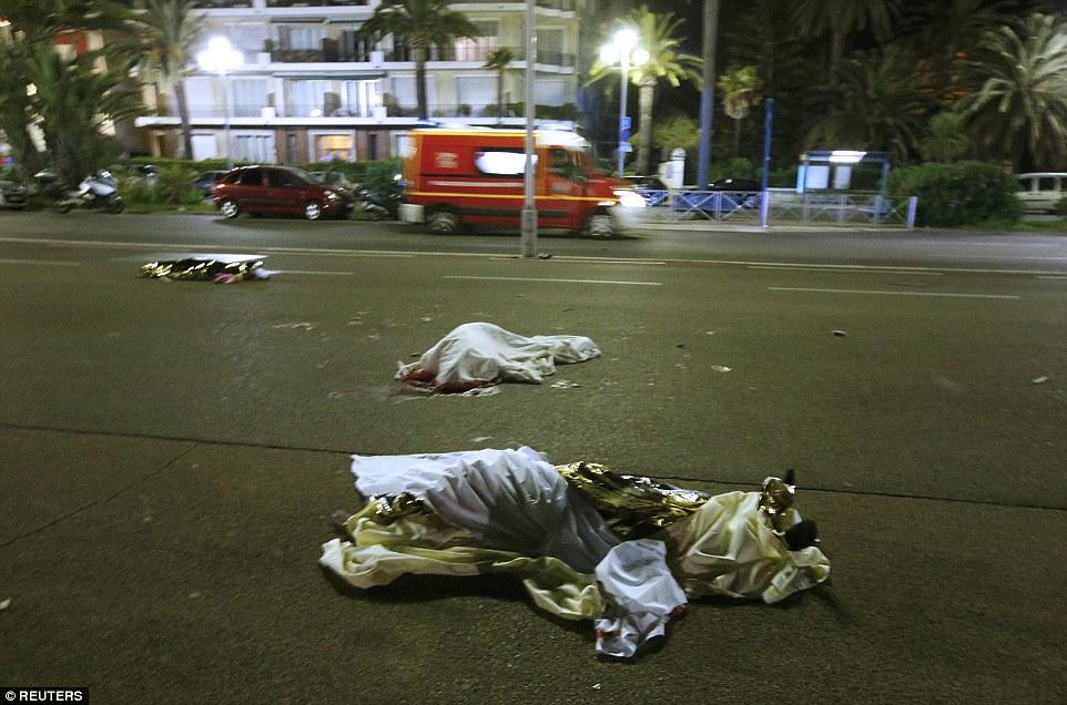 Nhân chứng khủng bố ở Pháp: Chạy qua những xác người - 1