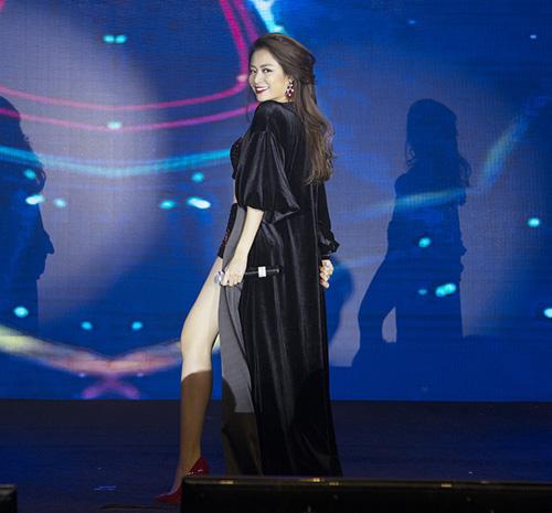 Hoàng Thuỳ Linh diện đồ siêu ngắn nhảy sexy - 6