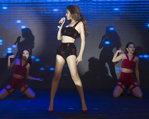 Hoàng Thuỳ Linh diện đồ siêu ngắn nhảy sexy - 8