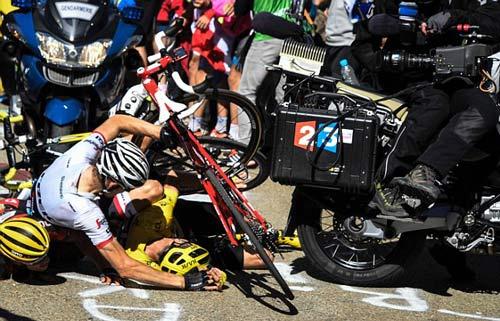 Đua xe đạp Tour de France: VĐV ngã xe, chạy bộ về đích - 1