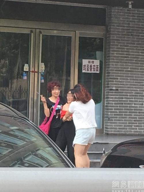 Cô gái bị xé quần áo, cắt tóc trên phố vì nghi ngoại tình - 1