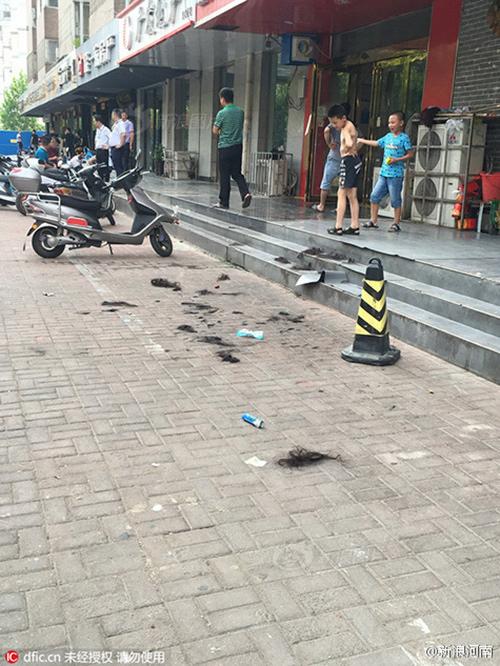 Cô gái bị xé quần áo, cắt tóc trên phố vì nghi ngoại tình - 2