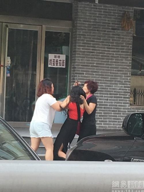 Cô gái bị xé quần áo, cắt tóc trên phố vì nghi ngoại tình - 3