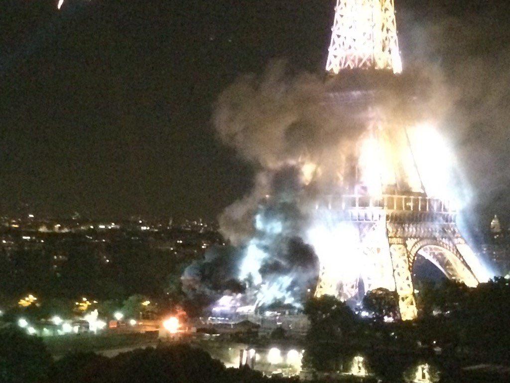 Tháp Eiffel bốc khói dữ dội sau vụ khủng bố ở Pháp - 1