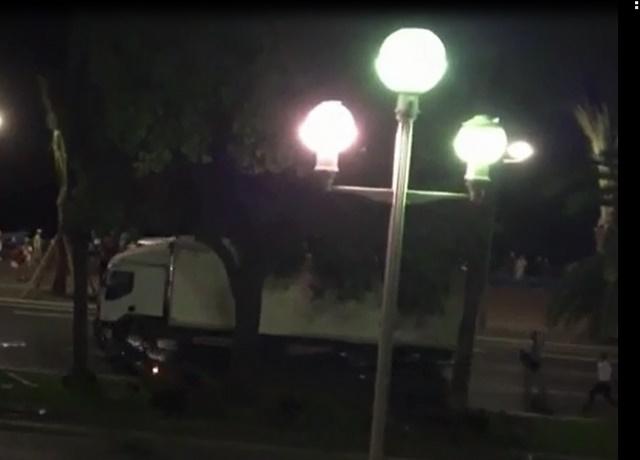 Video: Cảnh sát Pháp bất lực ngăn xe tải cán đám đông - 1
