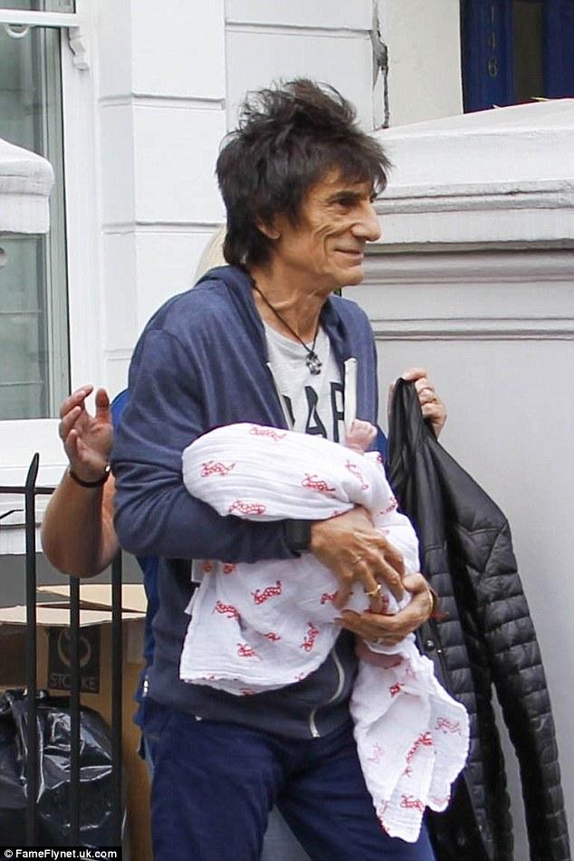 Rocker 72 tuổi có con thứ tám với vợ 29 tuổi - 7