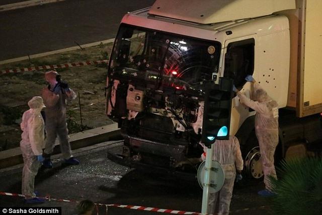 Lạnh người với vũ khí trong xe tải khủng bố ở Pháp - 1