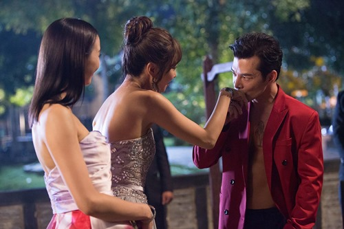 Trần Bảo Sơn gây tò mò với cảnh ngực trần bên mỹ nữ châu Á - 2