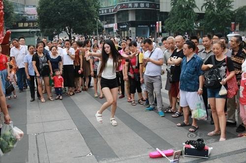 Xôn xao màn nhảy sexy nơi công cộng của cô gái TQ - 2