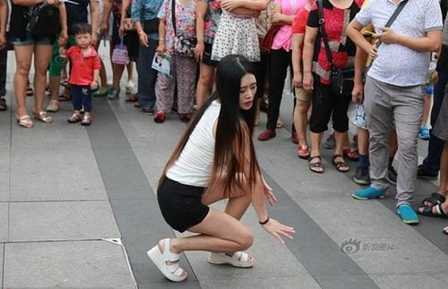 Xôn xao màn nhảy sexy nơi công cộng của cô gái TQ - 3