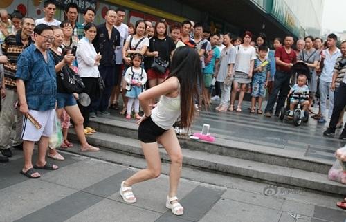 Xôn xao màn nhảy sexy nơi công cộng của cô gái TQ - 4