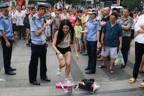 Xôn xao màn nhảy sexy nơi công cộng của cô gái TQ - 6