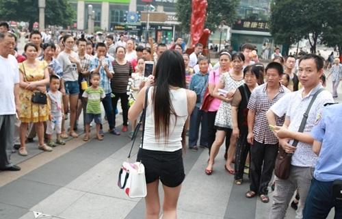 Xôn xao màn nhảy sexy nơi công cộng của cô gái TQ - 8