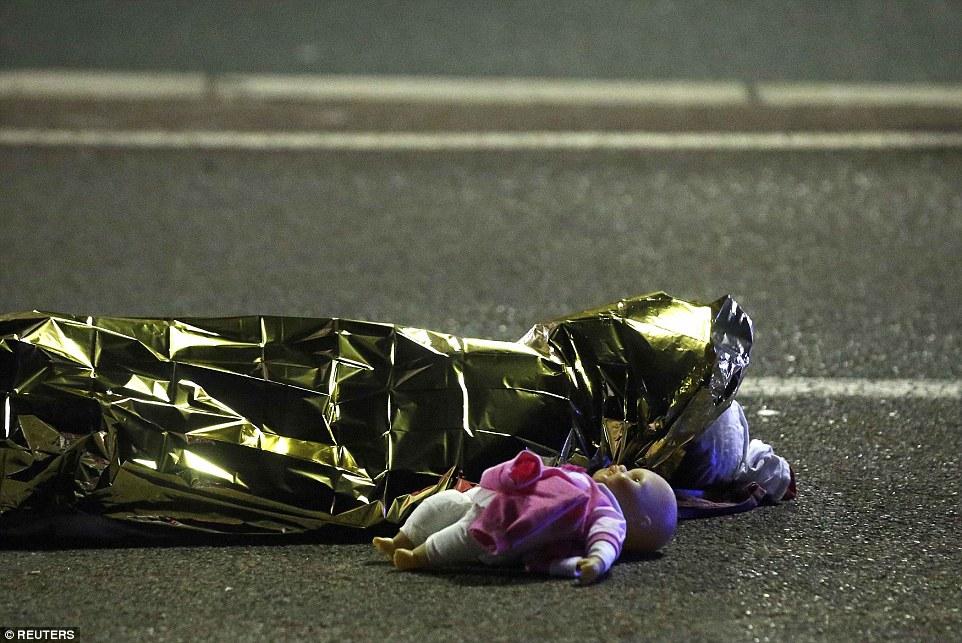 Pháp: Nỗi đau sau bức ảnh thi thể bé gái cạnh búp bê - 1