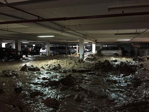 Bùn tràn hầm chung cư, vùi lấp hàng chục ô tô, xe máy - 2