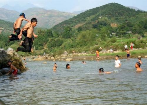 Tìm thấy thi thể 2 học sinh đuối nước trên sông Cà Lồ - 1