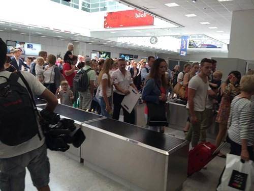 Sân bay Nice náo loạn vì kiện hành lý đáng ngờ - 5