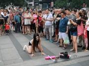 Xôn xao màn nhảy sexy nơi công cộng của cô gái TQ