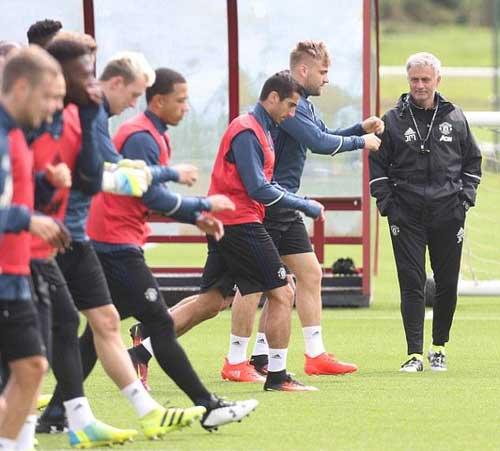 MU đá trận đầu thời Mourinho: Khai thiên lập địa - 2
