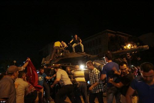 Cảnh dữ dội trong cuộc đảo chính ở Thổ Nhĩ Kỳ - 10
