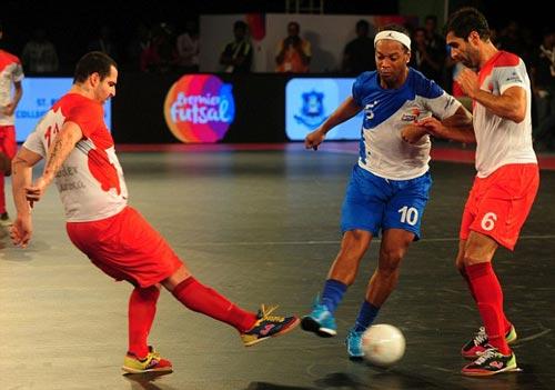 Ronaldinho, Ryan Giggs trình diễn ma thuật ở giải Futsal - 1