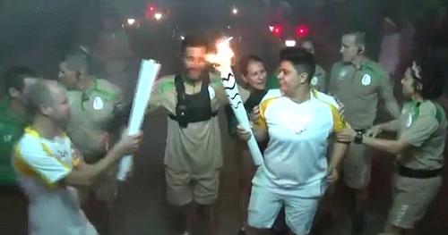 Hài hước: Ăn đòn vì cố dập tắt đuốc Olympic - 1
