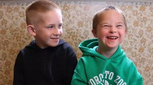 Clip: Tình yêu anh trai dành cho em trai mắc hội chứng Down - 1