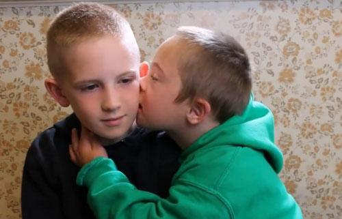 Clip: Tình yêu anh trai dành cho em trai mắc hội chứng Down - 2