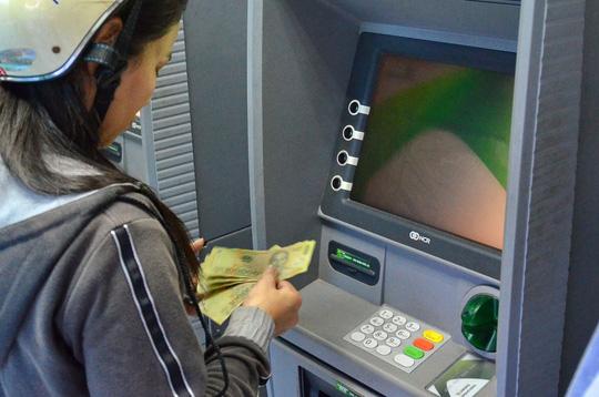 Nhiều ATM chưa nâng hạn mức rút tiền - 1