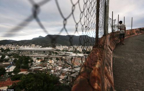Cuộc sống tại khu ổ chuột sát SVĐ Olympic ở Brazil - 1