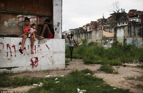 Cuộc sống tại khu ổ chuột sát SVĐ Olympic ở Brazil - 2