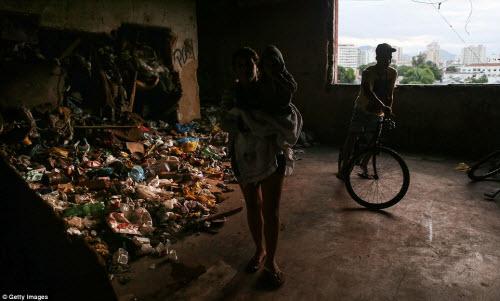 Cuộc sống tại khu ổ chuột sát SVĐ Olympic ở Brazil - 4