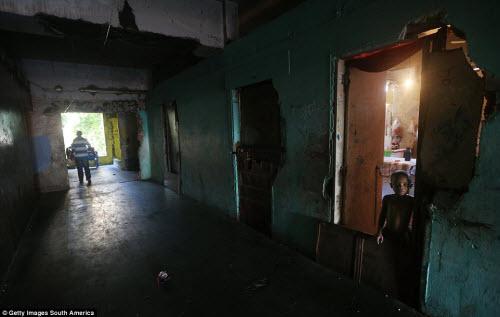 Cuộc sống tại khu ổ chuột sát SVĐ Olympic ở Brazil - 6