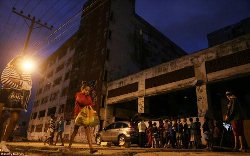 Cuộc sống tại khu ổ chuột sát SVĐ Olympic ở Brazil - 7
