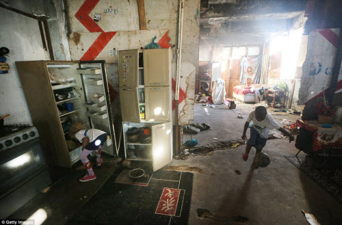Cuộc sống tại khu ổ chuột sát SVĐ Olympic ở Brazil - 10