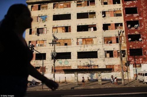 Cuộc sống tại khu ổ chuột sát SVĐ Olympic ở Brazil - 12
