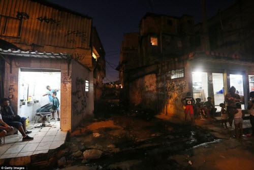 Cuộc sống tại khu ổ chuột sát SVĐ Olympic ở Brazil - 13