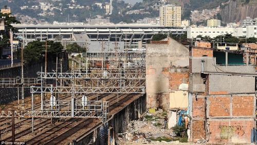 Cuộc sống tại khu ổ chuột sát SVĐ Olympic ở Brazil - 14