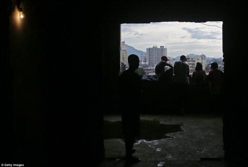 Cuộc sống tại khu ổ chuột sát SVĐ Olympic ở Brazil - 15