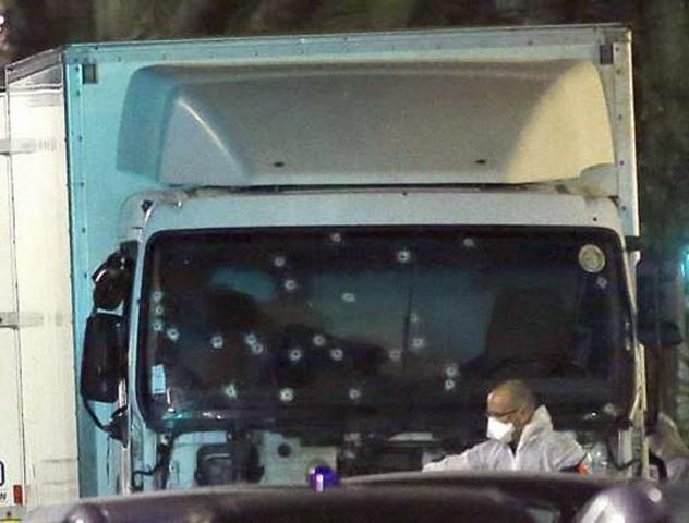 4 điểm bất thường trong vụ khủng bố bằng xe tải ở Pháp - 1