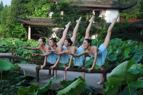 Dàn gái trẻ TQ nhảy múa ở hồ sen gây tranh cãi - 1