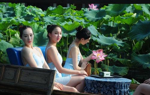 Dàn gái trẻ TQ nhảy múa ở hồ sen gây tranh cãi - 3