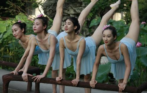 Dàn gái trẻ TQ nhảy múa ở hồ sen gây tranh cãi - 4